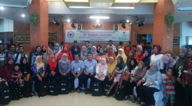 Kepala Biro CSR Semen Padang, Dasril, foto bersama dengan puluhan mitra binaan saat acara pembekalan di Wisma Indarung