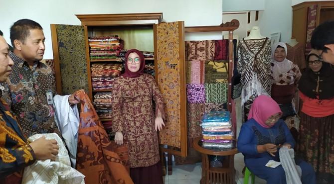 GM PLN UIW Sumbar Bambang Dwiyanto saat mengunjungi usaha pengrajinan batik di Kota Padang, Rabu (02/10)