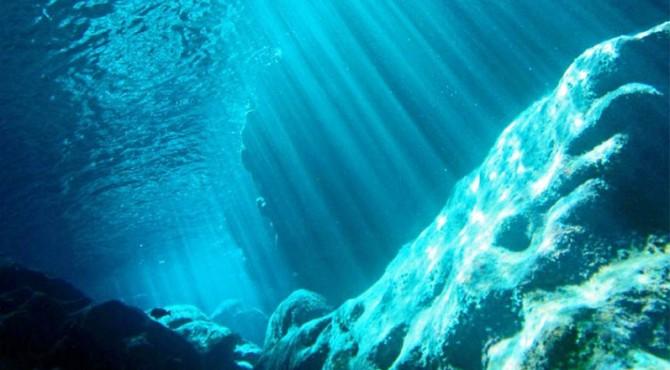 ilustrasi gunung di dalam air
