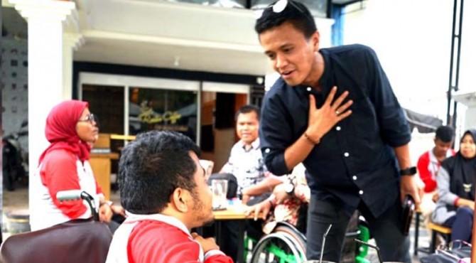 Faldo mengobrol dengan anggota komunitas penyandang disabilitas di Kota Padang pada peringatan Hari Disabilitas Internasional, Selasa (3/12).