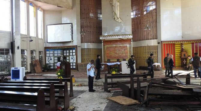 Aparat Filipina memeriksa lokasi ledakan bom di dalam gereja Katolik di Jolo, Provinsi Sulu, sehari setelah insiden, Senin (28/1/2019)  Artikel ini telah tayang di Kompas.com dengan judul