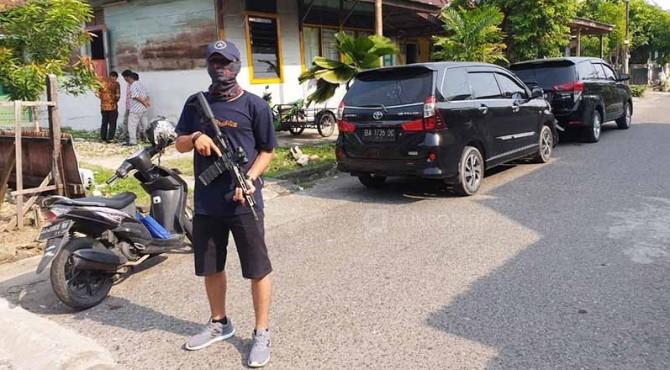 Polisi berjaga-jaga di rumah terduga teroris di Padang.