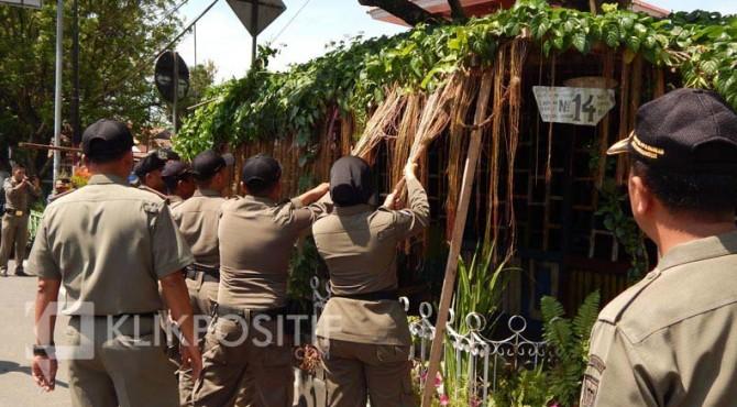 Tim 7 Penegak Perda Kota Payakumbuh saat menertibkan sebuah taman cafe.