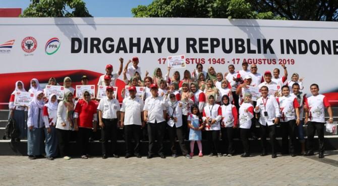 Para pemenang lomba Khas 17 Agustus foto bersama dengan Direksi PT semen Padang, Sabtu (17/8)