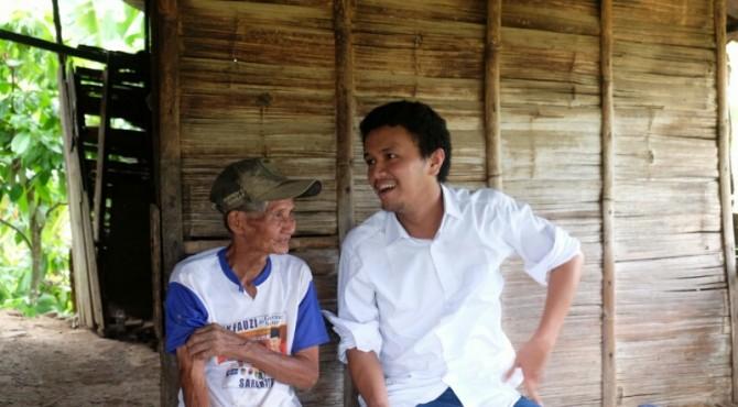 Faldo Maldini (baju putih) bincang-bincang sama masyarakat Sungkai