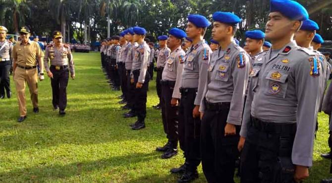 Kapolda Sumbar, Irjen Pol Fakhrizal dan Gubernur Sumbar, Irwan Prayitno saat mengecek personel pengamanan arus Mudik 2017.