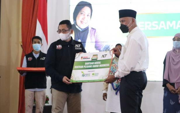 Presiden Global Wakaf ACT Imam Akbari menyerahkan bantuan secara simbolis kepada Gubernur Sumbar Mahyeldi Ansharullah untuk disalurkan ke UMKM