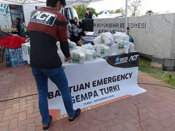 Aksi Cepat Tanggap bersama lembaga kemanusiaan di Turki berikhtiar menyalurkan bantuan kemanusiaan.