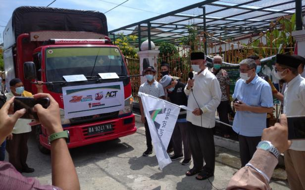 Gubernur Sumbar Mahyeldi Ansharullah melepas secara simbolis bantuan untuk mualaf Mentawai