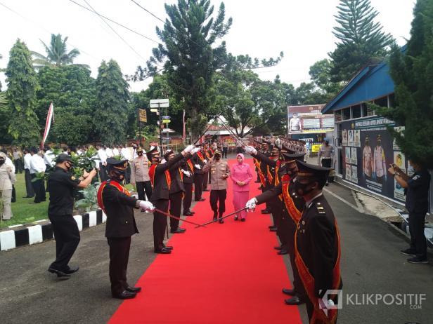 AKBP Alex Prawira saat disambut di Mako Polres Payakumbuh.