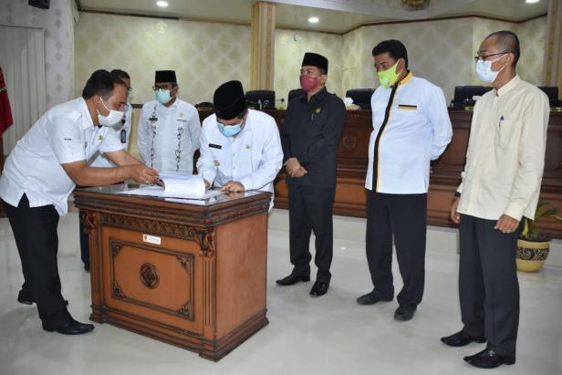 Pj Bupati Agam Benni Warlis menandatangani nota kesepahaman pengesahan APBD 2021 bersama pimpinan DPRD