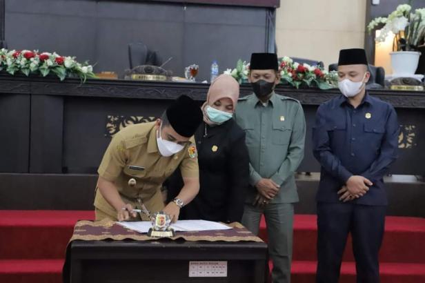 Disaksikan Pimpinan DPRD, Wawako Solok menandatangani berita acara kesepakatan bersama APBD Perubahan 202