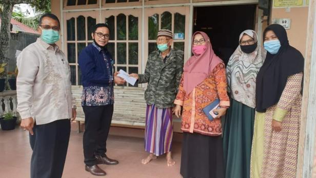 Asisten Bidang Ekonomi dan Pembangunan kota Solok, Jefrizal menyerahkan bantuan kepada mantan pasien Covid-19