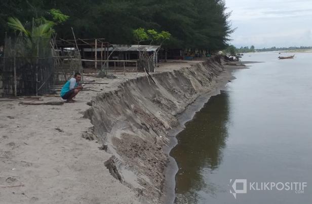 Abrasi pantai di Jorong Pondok, Nagari Sasak, Kecamatan Sasak Ranah Pasisie