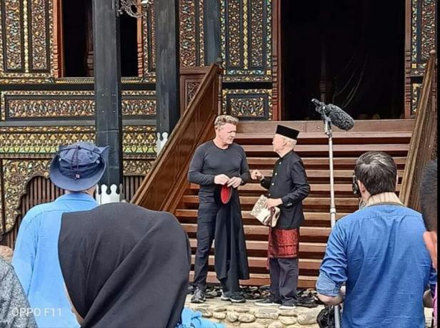 Gordon Ramsey saat syuting di Istano Basa Pagaruyung