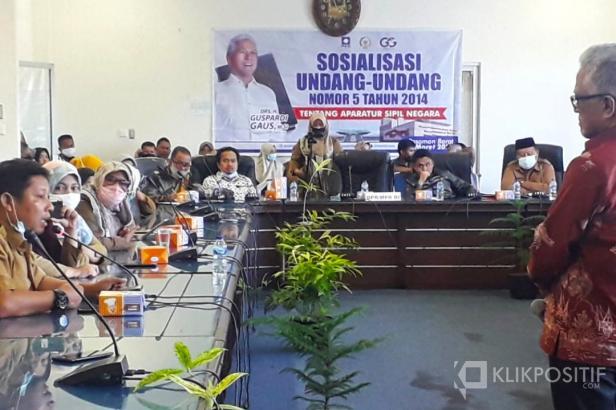 Anggota DPR RI, Guspardi Gaus saat mendengarkan keluhan Honorer K2 Pemerintahan Pasaman Barat