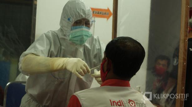 Petugas Kesehatan mengambil sampel swab pegawai Telkom Sumbar di PT Telkom Indonesia cabang Sumatera Barat
