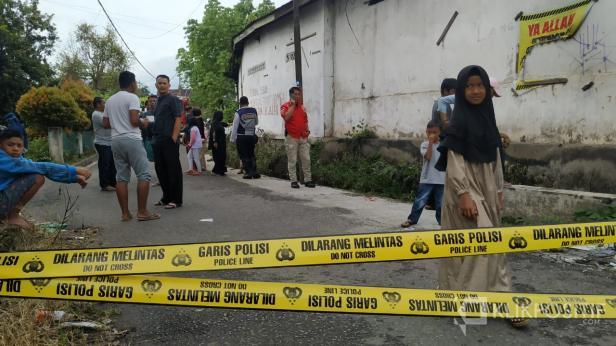 Warga saat melihat kondisi drainase di Belakang SPBU Payakumbuh