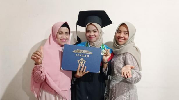Ade Putri foto bersama dengan keluarganya usai mengikuti wisuda di Politeknik Negeri ATI Padang