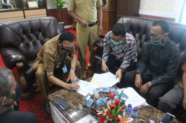 Bupati Pessel, Hendrajoni saat menandatangani naskah adendum NPHD Pilkada 2020 bersama Ketua KPU dan Ketua Bawaslu setempat