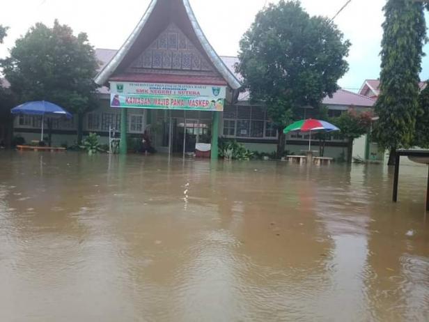 Kondisi banjir yang merendam SMKN 1 Sutera Kamis pagi