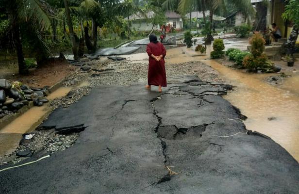 Jalan aspal di Jorong Taming rusak parah akibat diterjang banjir luapan sungai batang taming
