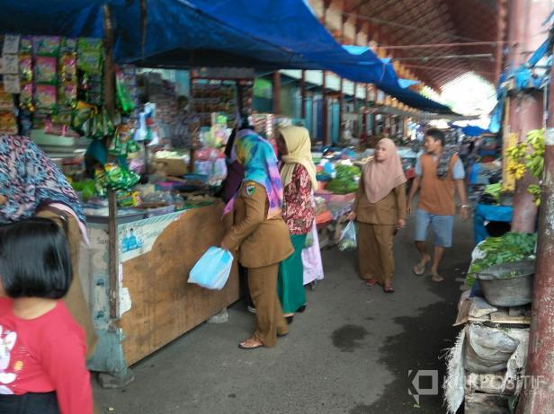 Kondisi pengujung di salah satu pasar tradisional di Pessel