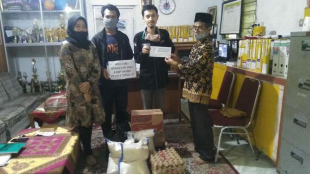 Perwakilan mahasiswa Sosiologi angkatan 2015 menyerahkan bantuan kepada panti asuhan Darul Maarif