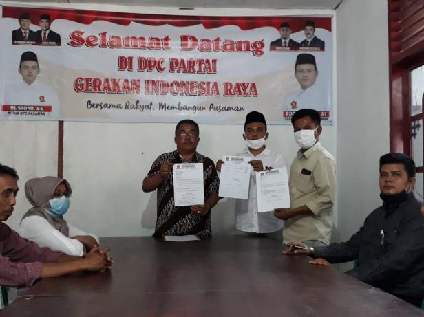Anggota DPRD Pasaman, Martias (kiri) bersama Ketua DPC Partai Gerindra, Bustomi (tengah) saat menyampaikan permintaan maaf di sekretariat DPC Partai Gerindra Pasaman.