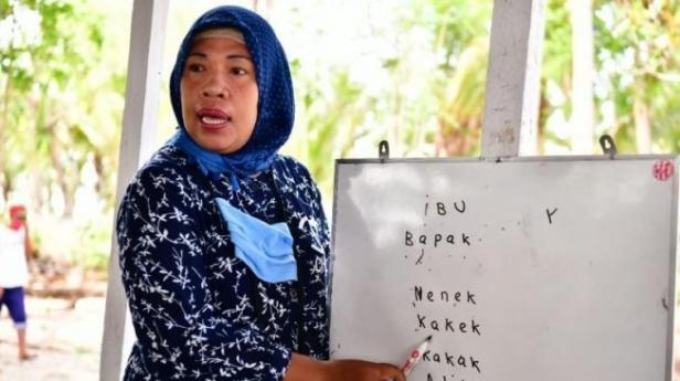 Seorang guru sedang mengajar