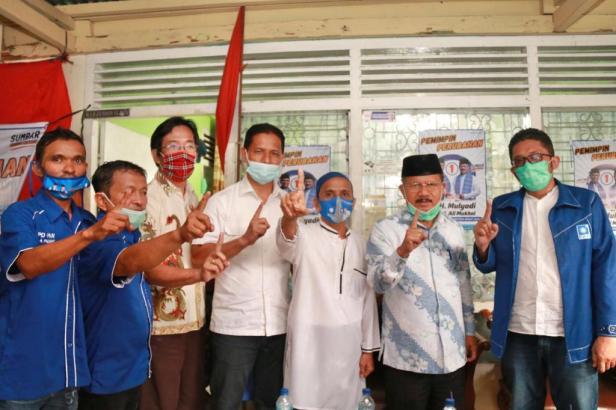 Calon Wakil Gubernur Sumbar nomor urut 1 Drs. H. Ali Mukhni, mengunjungi dan menyapa masyarakat di seluruh pelosok Kecamatan Bungus Taluak Kabuang Kota Padang, sepanjang Selasa (17/11).