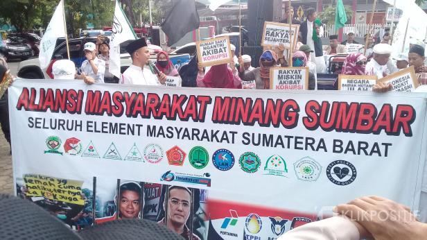 Sejumlah massa dari Aliansi Masyarakat Minang Sumbar melakukan aksi di Dewan Perwakilan Rakyat Daerah (DPRD) Sumbar terkait masalah korupsi yang terjadi di Indonesia