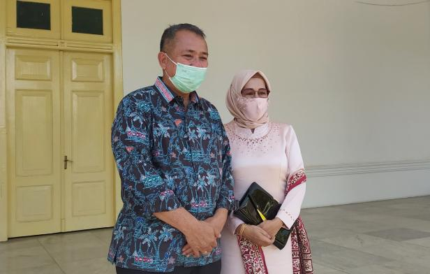 Alwis bersama istri