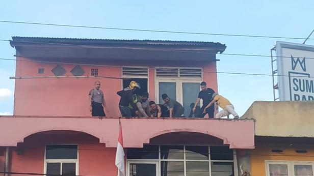 Saat Evakuasi Korban di Rumah Warga