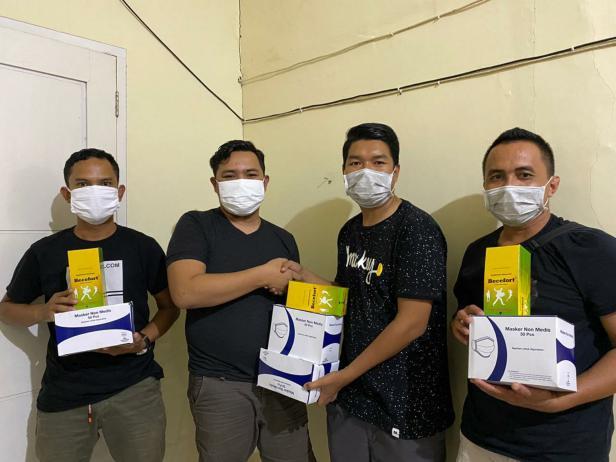 Foto: Bhenz Maharajo menyerahkan masker vitamin kepada Ketua Relawan Generasi 87, Lakon Siska, bersama koordinator aksi, Eko Saputra dan Oktavianus untuk disebarkan ke masyarakat