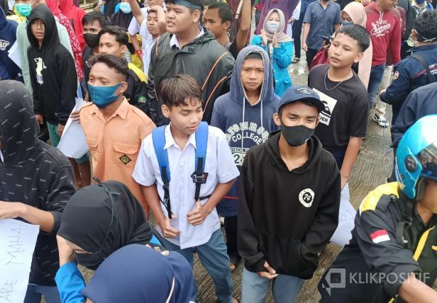 Anak SMK terlihat bergabung dalam aksi unjuk rasa dihalaman kantor DPRD Pasaman Barat