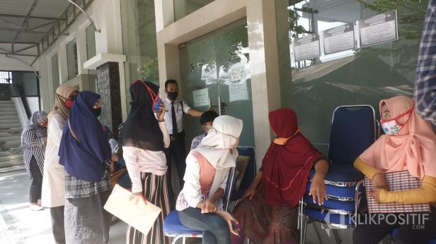 Beberapa orang tua menunggu untuk menanyakan anaknya yang tidak lulus jalur zonasi di Dinas Pendidikan Padang