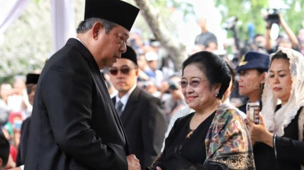 Presiden ke-6 Susilo Bambang Yudhoyono (kiri) berbincang dengan Presiden Ke-5 Megawati Soekarnoputri (kanan) saat menghadiri pemakaman ibu negara Ani Yudhoyono di Taman Makam Pahlawan Nasional Utama (TMP) Kalibata, Jakarta, Minggu (2/6).