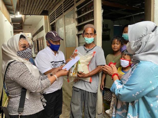 Tim DPD Gerindra Sumbar menyerahkan bantuan untuk keluarga Hengki di Purus, Padang Barat.
