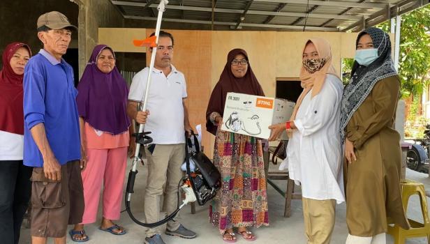 Tim DPD Gerindra Sumbar menyerahkan mesin potong dari Andre Rosiade kepada warga RT 5, RW 06 Padang Sarai, Kototangah.