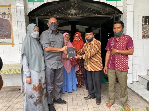Anggota DPR RI asal Sumbar Andre Rosiade menyerahkan mushaf AL Quran kepada pengurus Masjid Al Bahrain di Jalan Juanda, Rimbo Kaluang, Padang Barat, Kota Padang.