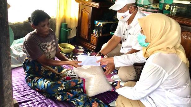Tim AR Center Nurhaida dan Alwis Ray menyerahkan bantuan beras dan uang tunai dari Andre Rosiade kepada Suspita di Andalas, Padang Timur.