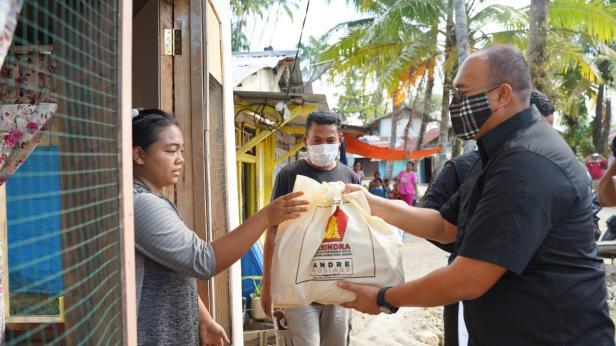 Andre Rosiade menyerahkan bantuan sembako untuk keluarga nelayan di Sungai Barameh, Gates Nan XX, Lubukbegalung, Padang.