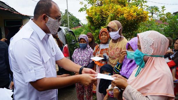 Andre Rosiade serahkan bantuan kepada korban puting beliung di Parak Kopi
