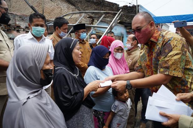 Anggota DPR RI Andre Rosiade membantu korban kebakaran di Jati Baru, Padang Timur, Padang, Senin (5/4/2021).