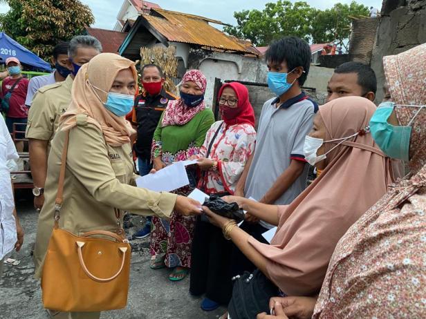 Pengurus DPD Gerindra Sumbar menyerahkan bantuan dari Andre Rosiade kepada keluarga korban kebakaran di Rimbo Kaluang, Padang Barat, Kota Padang, Sabtu (9/1/2021).