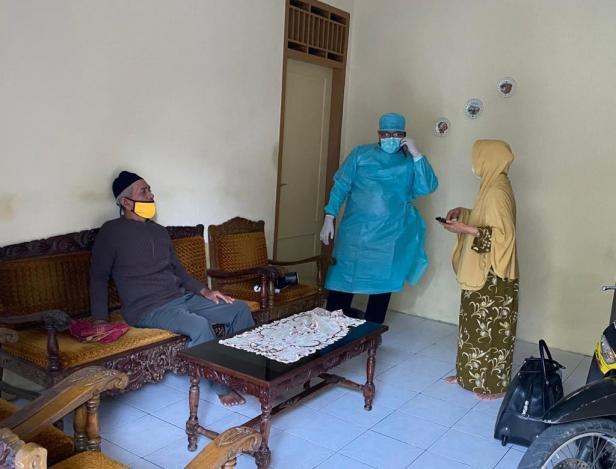 Tim Andre Rosiade memantau kondisi pasutri yang terpapar Covid-19 di Koto Tangah.
