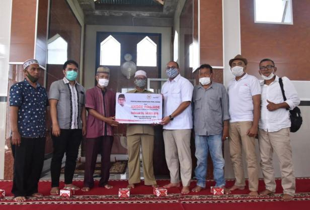 Andre Rosiade menyerahkan bantuan untuk pembangunan Mushalla Al Ishlah, Kompleks Perumahan Kehutanan, Gunung Sarik, Kuranji, Padang.