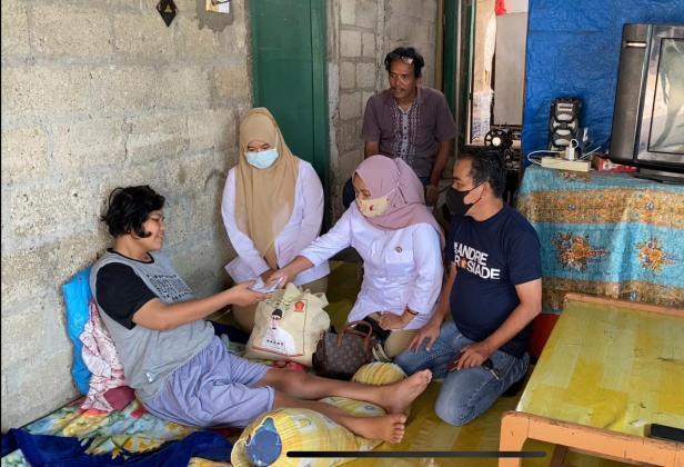 Tim DPD Gerindra Sumbar menyerahkan bantuan sembako dan uang tunai dari Andre Rosiade untuk keluarga Jon di Ulu Gadut, Pauh Selatan, Padang.