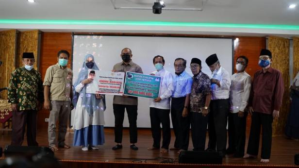 Andre Rosiade bersama pengurus Pondok Pesantren Modern Terpadu (PMT) Prof Dr Hamka II Padang foto bersama usai menyerahkan bantuan peralatan laboratorium.